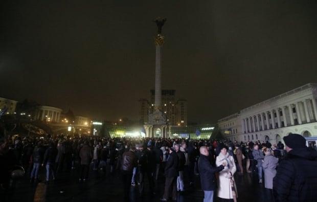 Беркут і Мітингарі на Майдані у листопаді 2013 року