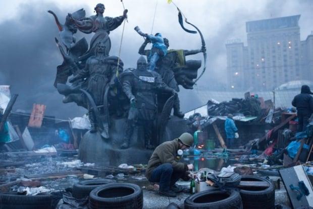 Мітингарі готують пляшки Молотова на Майдані