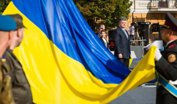 Порошенко поздравил украинцев с Днем Государственного флага
