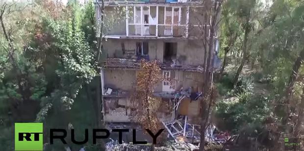 Разрушенные дома в Донецке / Кадр видео