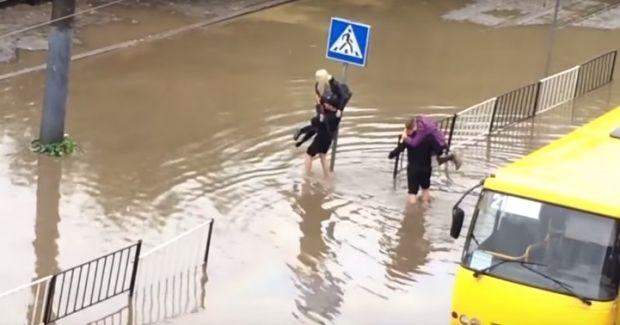 Ливень затопил улицы Львова / скриншот
