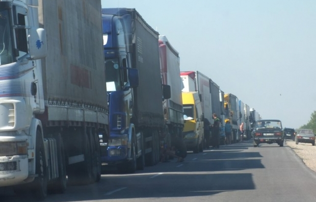 In the first day of the rally, 230 food truck were blocked from entering Crimea / Photo from UNIAN