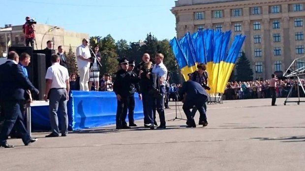 Яценюк и Фацевич пришли на помощь девушке-полицейскому в Харькове