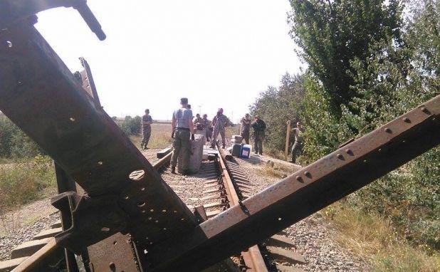 На железнодорожных путях установлены два больших бетонных блока и противотанковый еж / Facebook/Блокада Криму/Правий сектор