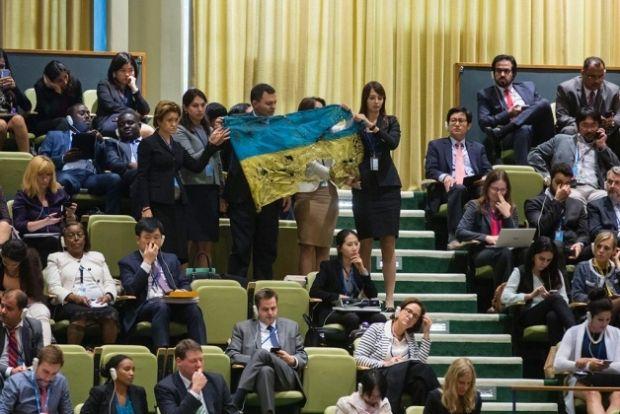 Украинская делегация развернула перед Путиным флаг, привезенный с Иловайска
