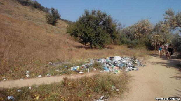 Пляжи в Керчи завалены мусором из-за бездействия коммунальных служб оккупированного Крыма