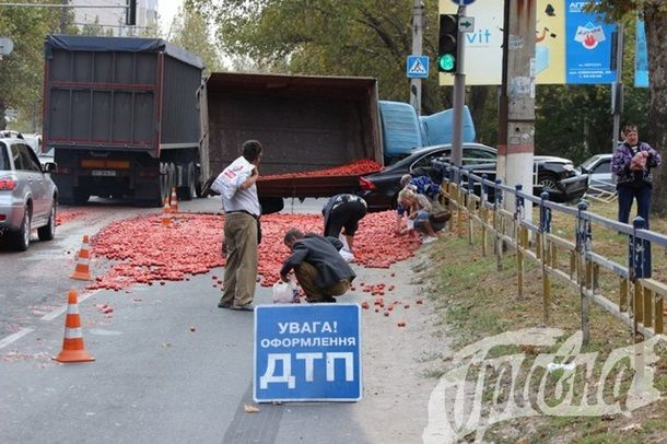 Херсонцы набросились на уцелевшие помидоры на месте ДТП / grivna.ks.ua