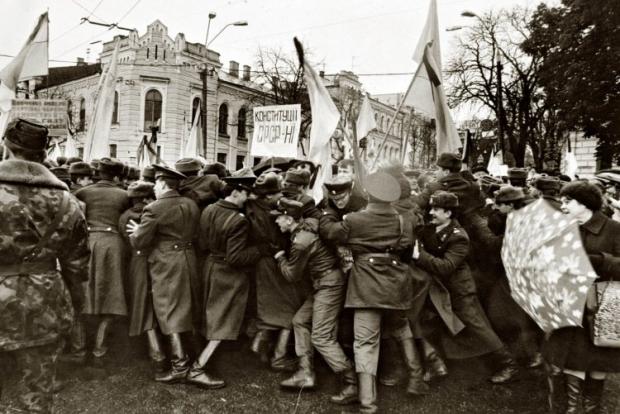 Сотрудники милиции сдерживают напор митингующих возле здания Верховной Рады во время митинга в поддержку Независимости Украины в Киеве в октябре 1991г.
