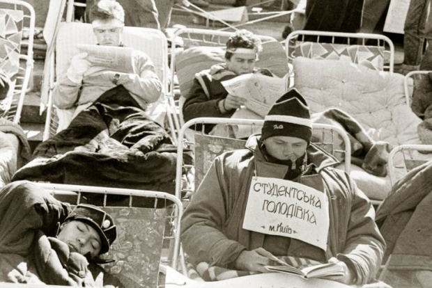 Студенческая голодовка во время митинга на площади Октябрьской революции (сейчас Майдан Незалежности) в поддержку Независимости Украины в Киеве в октябре 1991г