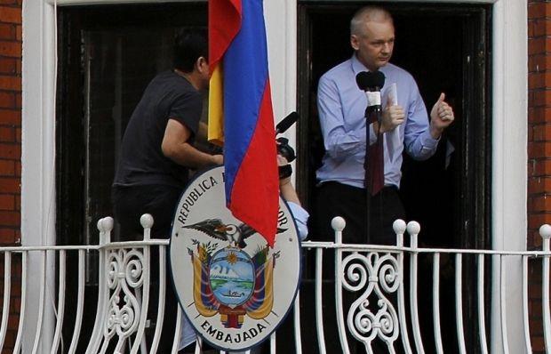 Британская милиция недождалась Ассанжа увыхода изпосольства