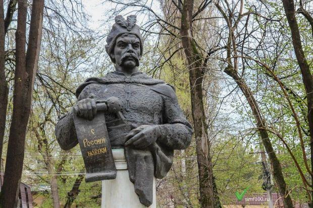 Оккупанты задержали украинских активистов за цветы к памятнику Богдану Хмельницкому / simf100.ru