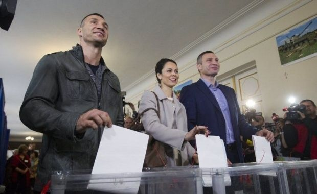 The Klitschkos at a polling station / Photo from UNIAN