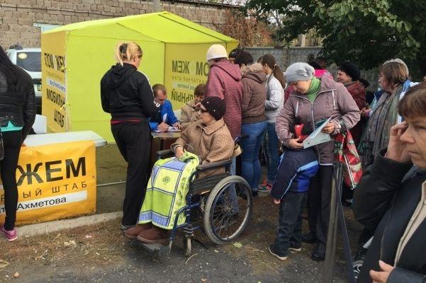 Люди Донбасса получают гуманитарную помощь / Фото: Гуманитарный штаб Рината Ахметова