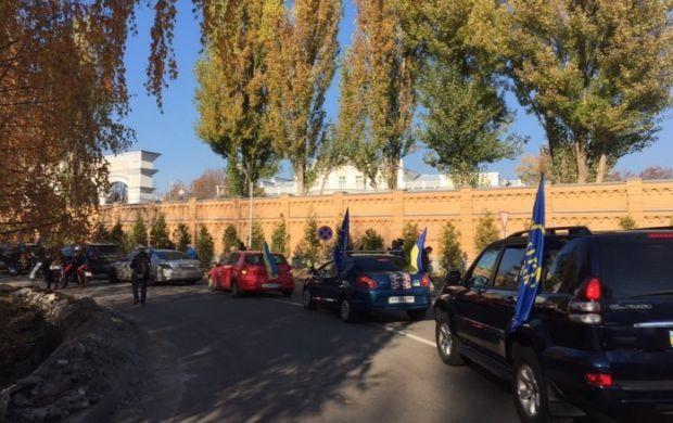 Activists rally outside Poroshenko's mansion / twitter.com/olliecarrol