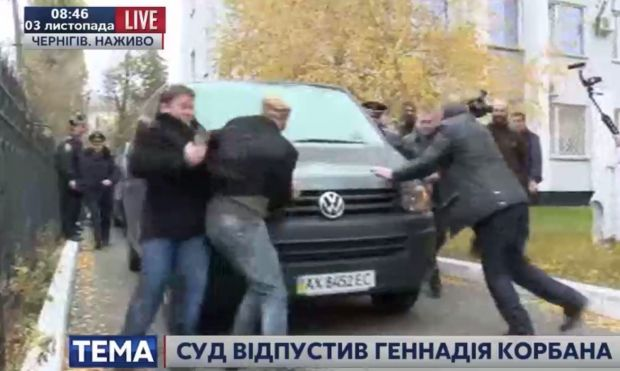 Korban's supporters are trying not to let a car with him go / Screenshot from 112.ua