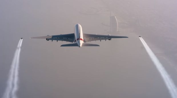 совместный полет человека и авиалайнера / скриншот видео