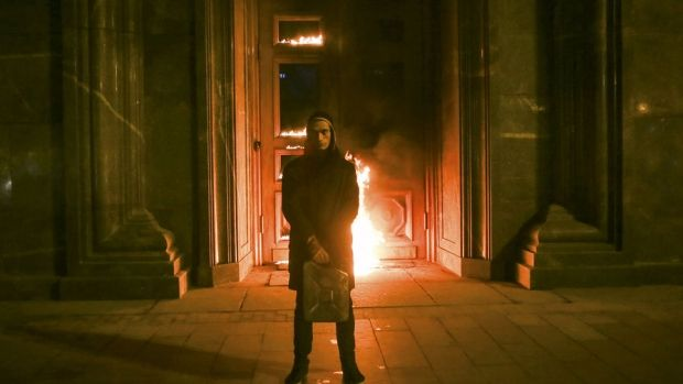 Pavlensky set fire to the wooden doors of the imposing former KGB building in downtown Moscow  / Photo from gazeta.ru