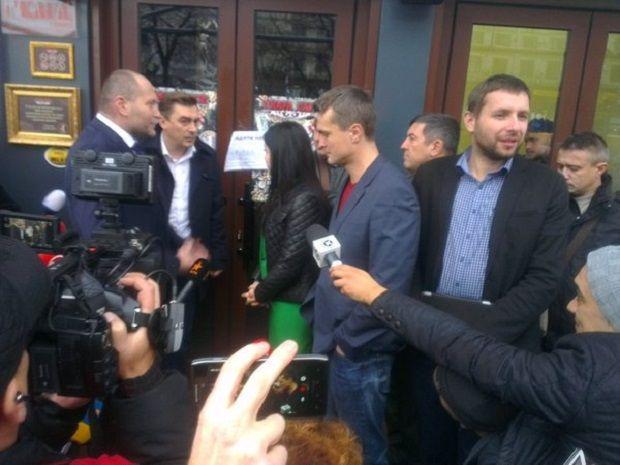 УКиєві під кафе, відкритому вбудівлі Будинку профспілок, зібралися протестувальники