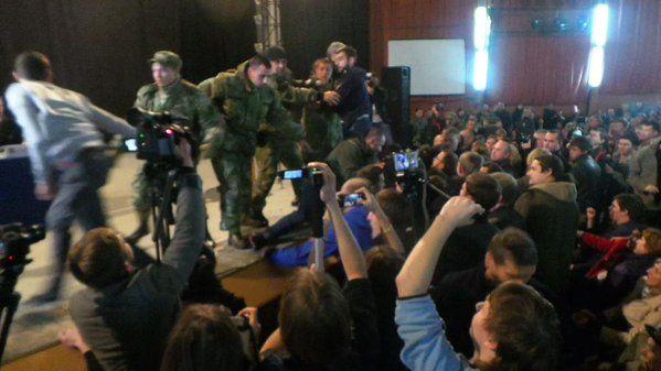 Общественные слушания в Харькове начались потасовкой