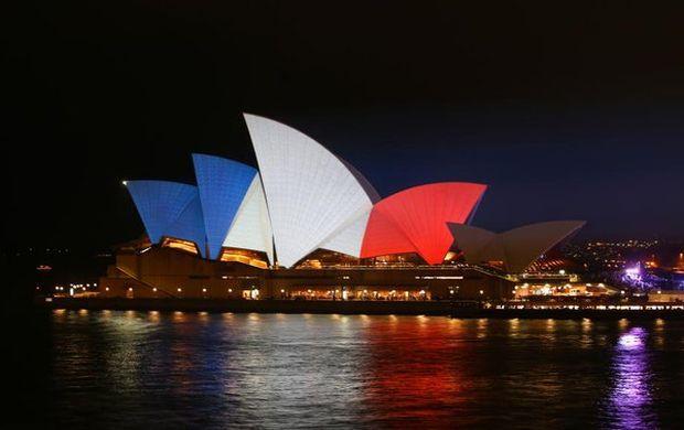 Сиднейскую оперу подсветили французским триколором / twitter.com/dailytelegraph