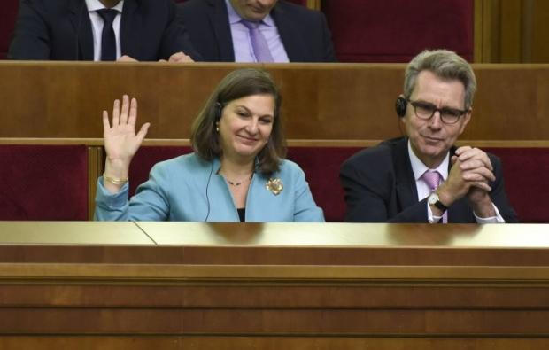 Тетя Нуланд из Америки сказала, что Россию надо(будут) давить пока не выполнит минские соглашения