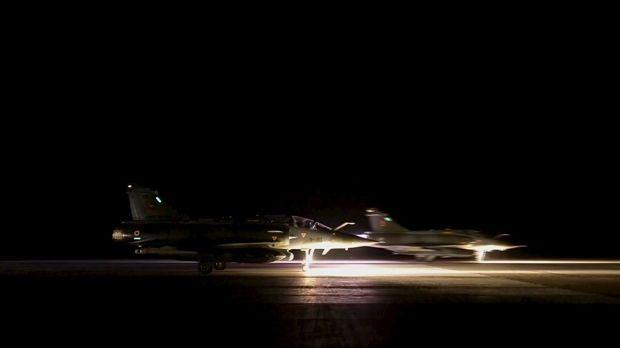 Франция обнародовала видео авиаударов по ИГ в Сирии - BBC