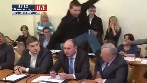 Назасіданні антикорупційного комітету нардеп В.Парасюк вдарив ногою представника СБУ