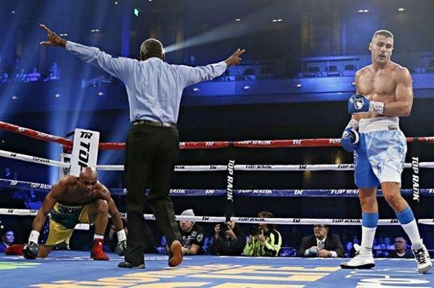 Український боксер Гвоздик достроково переміг бразильця Консесайо