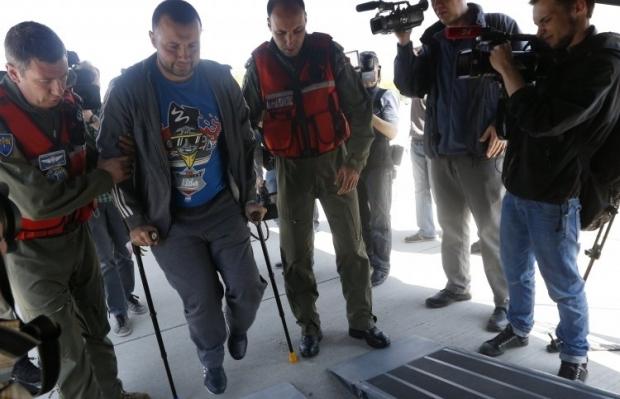 Воин АТО готовится к перелёту за рубеж на реабилитацию / Фото: УНИАН