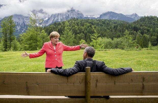 Канцлер Германии Ангела Меркель говорит с президентом США Бараком Обамой на территории  замка Эльмау в Круен вблизи Гармиш-Партенкирхен, Германия, 8 июня 2015 года / REUTERS