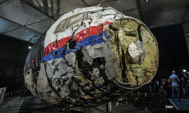 Реконструированный обломок самолета MH17 после презентации окончательного отчета о его крушении июля 2014 над Украиной, в Гилзе Риджен, Нидерланды, 13 октября 2015 года / REUTERS