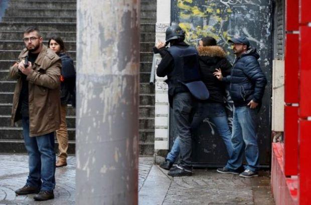 УПарижі чоловік зпоясом шахіда напав наполіцейських