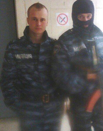 Николай (слева) в форме украинской милиции. Фото из