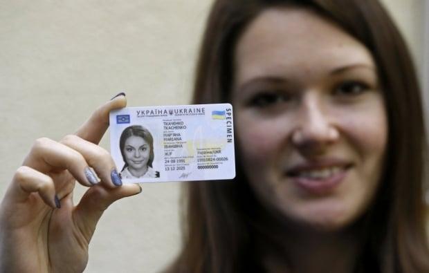 Украинцам начали выдавать паспорта в форме ID-карты / Фото УНИАН