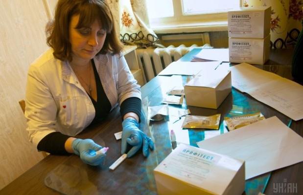 Медсестра робить експрес-тест на ВІЛ/СНІД / Фото: УНІАН