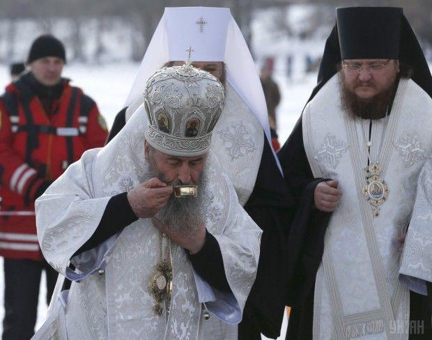 Предстоятель УПЦ Блаженнейший Онуфрий пьет освященную воду с Днепра
