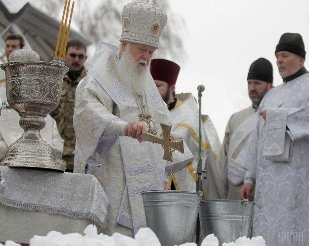 Глава УПЦ КП Филарет освящает воду.