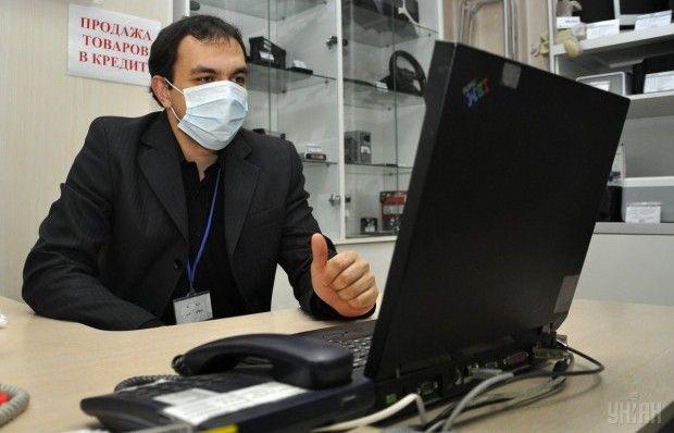 ВХарькове из-за гриппа работников обязали надевать повязки вместах скопления людей