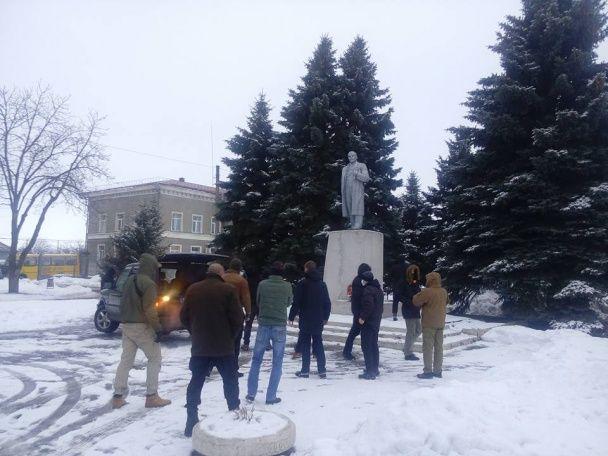 На Харьковщине повалили памятник Ленину