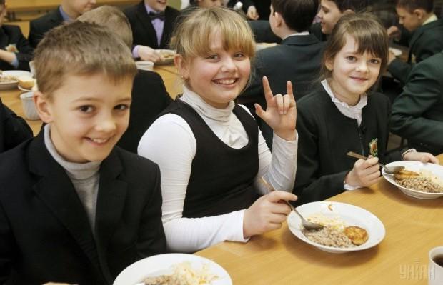 Дети обедают в школьной столовой в г.Киеве / Фото: УНИАН