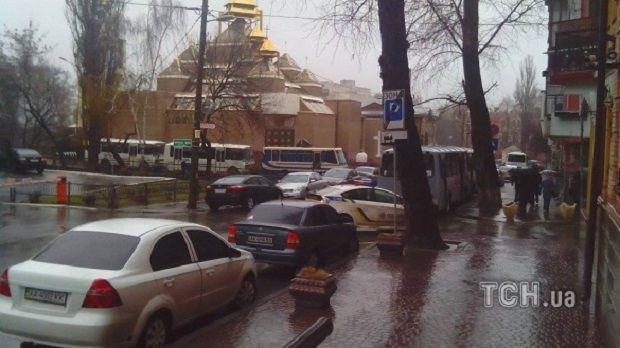 Під Шевченківським судом чергують гвардійці та поліція / Фото ТСН