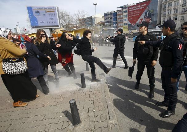 турция стамбул разгон женщин / REUTERS