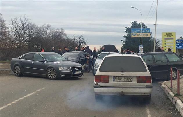 Блокування продовжують автомобілі з іноземними номерами / mukachevo.net