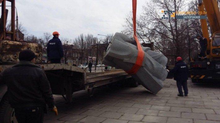 В Запорожье завершили демонтировать памятник Дзержинскому / hromadske-zp.tv