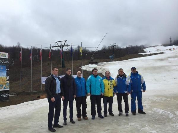 Чиновники на Закарпатті на фоні снігу / prozak.info