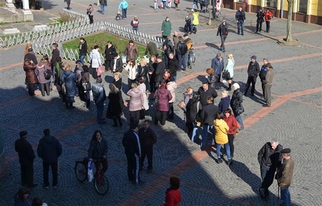преподаватели и студенты ПТУ заблокировали депутатов Мукачевского горсовета, требуя выплат зарплат и стипендий / www.mukachevo.net