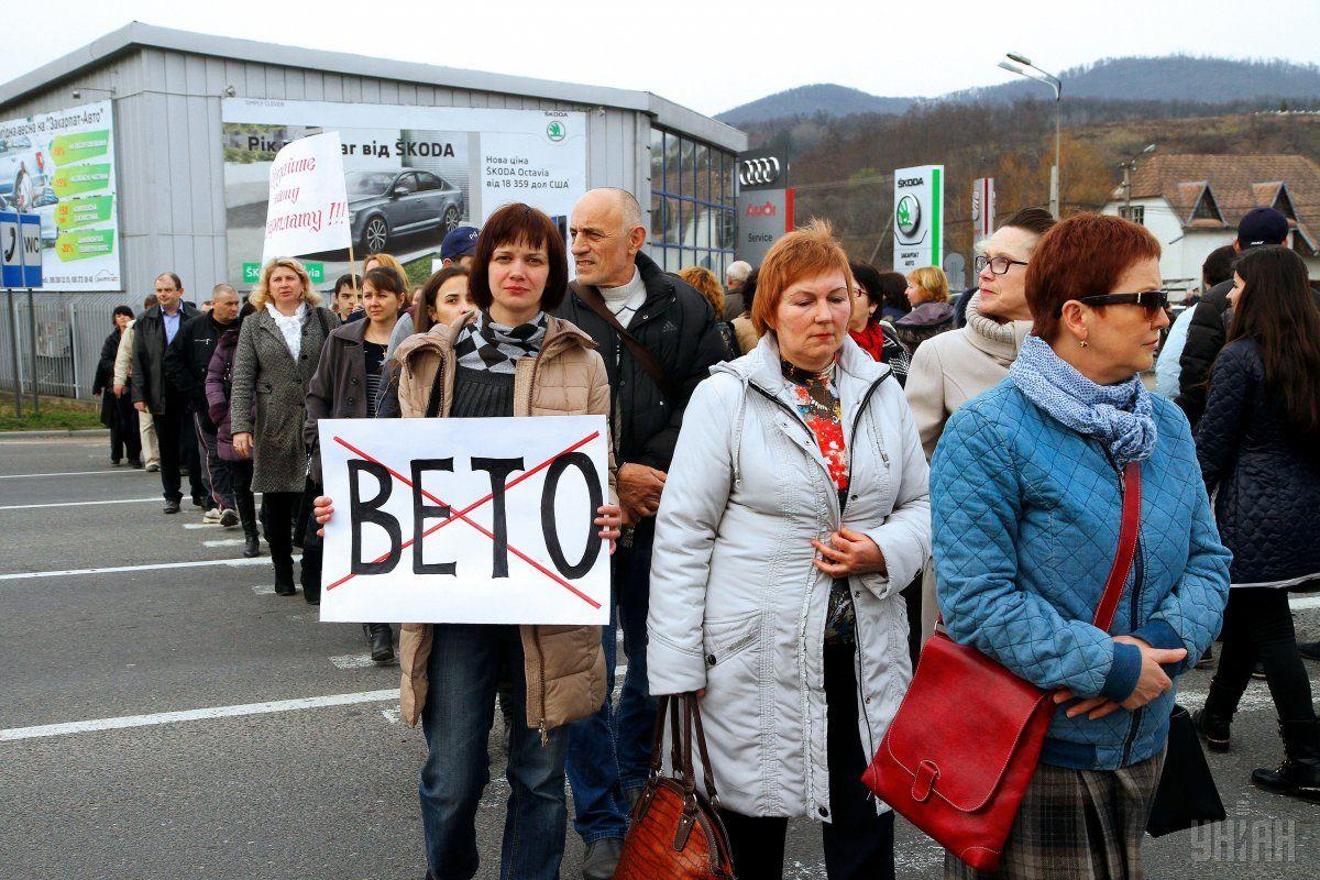 На фото - працівники і студенти ПТУ Мукачева перекрили трасу на знак протесту проти відсутності фінансування / Фото УНІАН