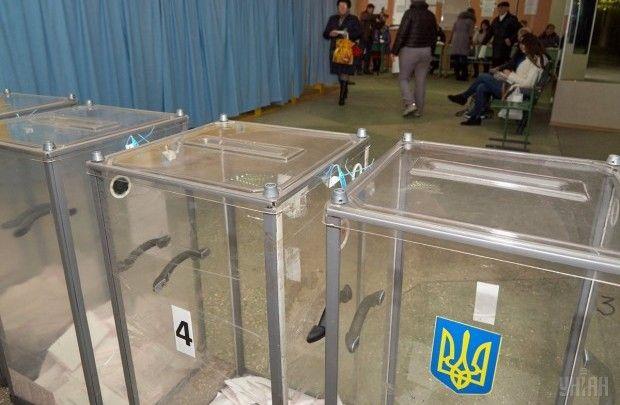 Члены одной из УИК взяли для проведения голосования на дому лишние бюллетени / Фото УНИАН