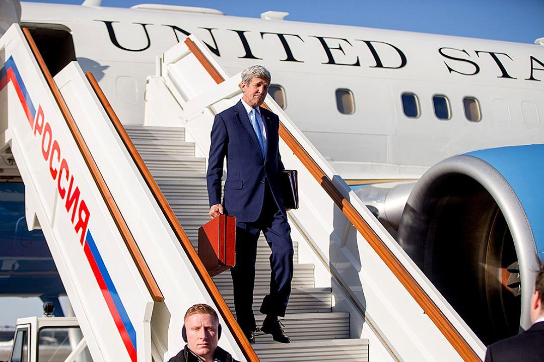 Версия кремлядей о том, что было в красном чемоданчике Керри