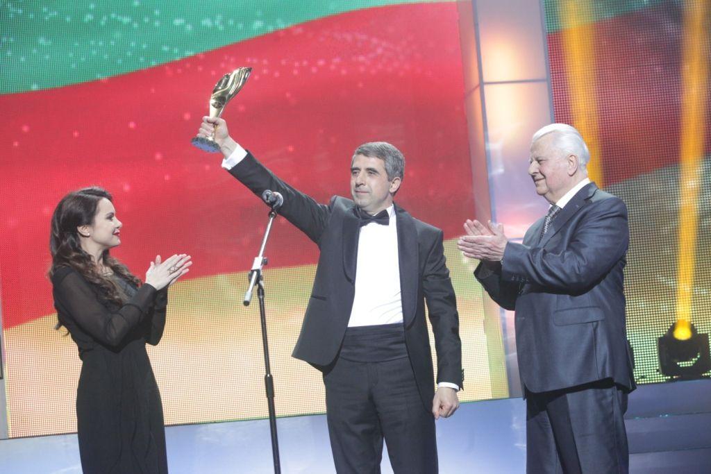 Президент Болгарии Росен Плевнелиев получает   Международную премию в области общественно-политической деятельности.   Премию вручили первый Президент Украины Леонид Кравчук и Лилия Подкопаева.